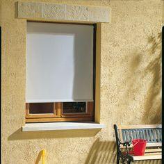 Pour préserver un peu de fraîcheur dans votre intérieur lorsqu'il fait chaud, commandez sur notre site un store vertical sans coffre à fixer en extérieur.