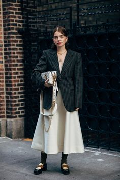 The Best Street Style at New York Fashion Week Spring 2020 Stockholm Street Style, New York Fashion Week Street Style, Spring Street Style, Milan Fashion Weeks, Cool Street Fashion, Paris Street, Chanel Street Style, Uk Fashion, Fashion 2020