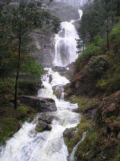Fervenza dos Guerreiros - Cadarnoxo - Boiro - A Coruña - Galicia Cascade of Warriors - Cadarnoxo - fog - A Coruña - Galicia Beautiful Places To Visit, Cool Places To Visit, Places To Go, Nature Images, Nature Pictures, Beautiful Waterfalls, Beautiful Landscapes, Mother Earth, Mother Nature
