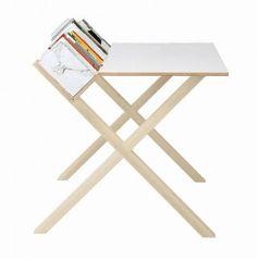 angled bookshelf // #Schreibtisch mit geneigtem #Bücherfach