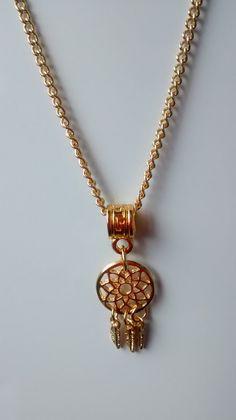 Colar com pingente no formato de um Filtro do Sonhos Dourado Comprimento total: 28 cm (medida do colar dobrado como se já estivesse no pescoço), com um extensor de 6 cm  Tamanho do pingente: 3 cm (Se trata de uma bijuteria com banho dourado)