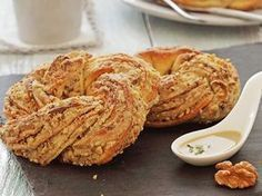 Tahini and Walnut Wreath Donut Recipe - Flavor - Rezepte Bow Yummy Appetizers, Appetizer Recipes, Cookbook Recipes, Cooking Recipes, Tahini Recipe, Walnut Recipes, Baking And Pastry, Turkish Recipes, Casserole Recipes