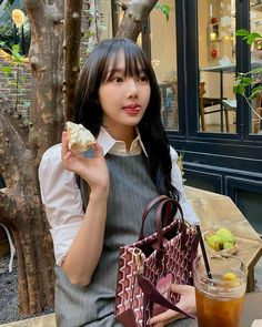 South Korean Girls, Korean Girl Groups, G Friend, K Idol, Wow Products, Chanel Boy Bag, Korean Singer, Straw Bag, Fashion Backpack