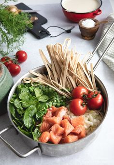 One pot pasta med laks og spinat ⋆ BY DIANAWI - lovely pins Healthy One Pot Meals, Easy One Pot Meals, Healthy Side Dishes, Salmon Pasta, Vegetarian Recipes, Healthy Recipes, Shellfish Recipes, Food Crush, One Pot Pasta