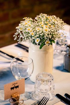 Easy wedding centerpiece using daisies and baby's breath @weddingchicks