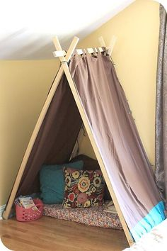 DIY Easy Kids' Tent / Reading Nook--> playroom or basement. Diy Tipi, Diy Kids Teepee, Toddler Teepee, Diy Teepee Tent, Toddler Rooms, Christmas Gifts For Boys, Handmade Christmas Gifts, Christmas Diy, Handmade Gifts