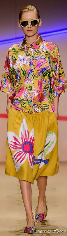 Laura Biagiotti Spring Summer 2015 Ready-To-Wear collection Floral Fashion, Colorful Fashion, Fashion Prints, Fashion 2020, Fashion Show, Fashion Art, Laura Biagiotti, Italian Fashion, Summer 2015