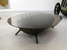 Salontafel van een doorgezaagde zeemijn met glazen tafelblad.