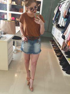 look saia jeans blusa de camurça sandália