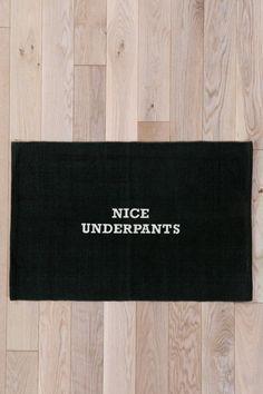 Tapis avec inscription « Nice Pants » chez Urban Outfitters
