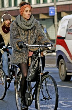 Fur coat + bike, maybe not the most efficient cycling apparel, but who care when you look gooooood!