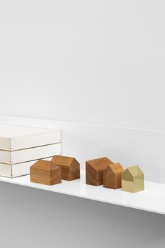 Paper weight HAUS by Jan Philip Holler in solid European oak and polished brass. / www.e15.com #e15