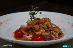 Θα σας πούμε ένα μυστικό! Αυτό που κάνει τη τηγανιά κοτόπουλο της Μυστίλλης ένα πιάτο τόσο…μεθυστικό, είναι το ότι το σβήνουμε με γράπα! Μαγειρεύεται απαραιτήτως με φρέσκια τοματίνια και κρεμμύδι, ενώ προσθέτουμε φρέσκο θυμάρι για το φινίρισμα. Σας κάναμε να πεινάσετε; Κανονίστε, λοιπόν, πότε θα έρθετε να το δοκιμάσετε!