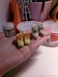 Хочу поделиться с вами мастер-классом по созданию обуви для куколок (можно не только для кукол), как это делаю я. Это не сложно, если вы умеете шить, сшивать, клеить и вырезать! На мой взгляд, это один из простых способов, главное, чтобы была болванка. Ее можно вырезать из дерева, пенопласта или слепить из любой полимерной глины. Размер обуви примерно 2-2,2 см.