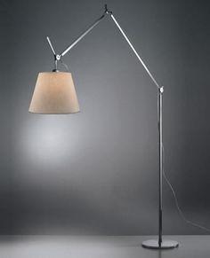 Tolomeo Mega è una lampada da terra dalle dimensioni medio - grandi. Una piantana importante per un salotto o salone di grande dimensioni dove i bracci mobili consentono una personalizzazione dell'inclinazione della lampada.