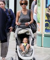 Find celebrity preferred brands and products at MacroBaby! Halle Berry enjoys her Baby Jogger City Mini... You can too!