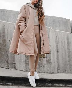 Pinning for that coat! Leggings Color Piel, Nude Leggings, Leggings Fashion, Nude Outfits, Monochrome Fashion, Swing Coats, Faux Leather Pants, Chill Outfits, Comfortable Fashion