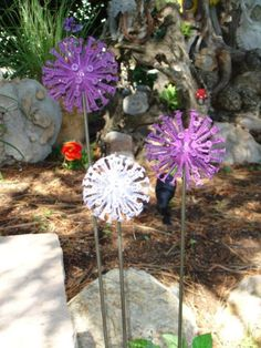 Screws, golf ball and a bit of spray paint…great garden decor! Screws, golf ball and a bit of spray paint…great. Garden Whimsy, Garden Junk, Diy Garden, Garden Crafts, Garden Projects, Garden Gate, Outdoor Crafts, Outdoor Art, Glass Flowers