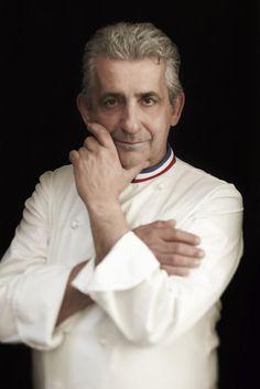 Le chef pâtissier Philippe Urraca vous guide pas à pas dans la réalisation de la recette de la dacquoise. La dacquoise est un délicieux biscuit à l'amande.