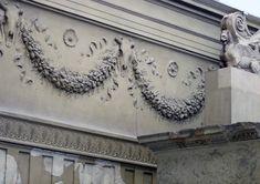 Particolare della decorazione interna del recinto, con le ghirlande, i bucrani e le patere