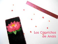 Marcapáginas hecho de fieltro negro con flor de nenúfar en fieltro rosa cosido a mano. Medida aproximada: 15cmX4.5cm.  #nenufar, #Marcapaginas, #puntodelibro, #Bookmarks