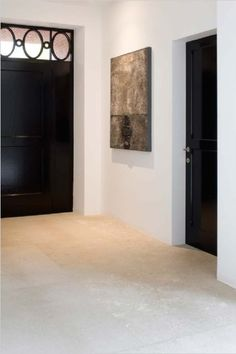 Beautiful floor of choice Italian travertine. Because this travertine floor with attention and only subtly antiquated, our floor L 'Authentico gets an authentic and modern look. The floor is ideal in combination with underfloor heating. Travertine Floors, Natural Stone Flooring, Limestone Flooring, Concrete Floors, Black Doors, Kitchen Flooring, Kitchen Tiles, Room Kitchen, Kitchen Dining