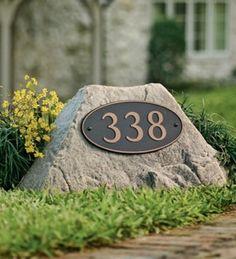 Con Resistol No Más Clavos Resistente al Agua puedes pegar el número de tu casa a una piedra, banqueta o tu fachada.