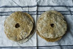 Knasende surdeigsknekkebrød av spelt med hint av rosmarin (ET LIV I BALANSE)