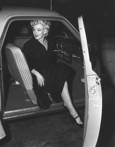 Marilyn taking a taxi from Burbank Airport, California, March 5th 1954.