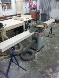 I had to build these extensions for Craftsman jointer today. I began dimensioning a lot of Peruvian walnut stock that I have for a wardrobe that I'm building. The boards are all Woodworking Shop Layout, Easy Woodworking Projects, Woodworking Techniques, Woodworking Jigs, Diy Wood Projects, Garage Organisation, Shop Organization, Do It Yourself Crafts, Homemade Tools