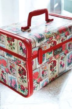 diy How to decoupage - old floral postcards on suitcase Crafty Craft, Crafty Projects, Diy Projects To Try, Crafts To Do, Arts And Crafts, Paper Crafts, Crafting, Craft Clay, Vintage Suitcases