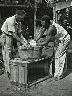 Kokos malen. Artikel ´Het zure staatstoezicht.` Wat gebeurde er na de emancipatie? Klik foto en lees! Foto: Willem van de Poll