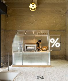 PUDDLE constructs translucent makeshift coffee kiosk in kyoto Cafe Shop Design, Kiosk Design, Cafe Interior Design, Retail Store Design, Retail Interior, Signage Design, Booth Design, Design Design, Interior Shop