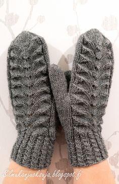 Eräänä päivänä teki mieli neuloa lapaset. Näissä harmaissa lapasissa olen kokeillut paria minulle uutta tekniikkaa; kierrejoustinta ... Mittens Pattern, Knit Mittens, Knitted Gloves, Knitting Socks, Knitting Charts, Free Knitting, Knitting Patterns, Knit Crochet, Free Crochet