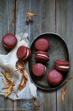 red velvet macaroons filled with a cream cheese buttercream Just Desserts, Delicious Desserts, Macaroons Flavors, French Macaron Flavors, Red Macarons, Cookie Recipes, Dessert Recipes, Macaron Cookies, Snacks
