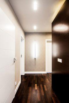Nowoczesny korytarz w eksluzywnym apartamencie Ciemna podłoga drewniana