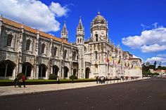 LISBOA, PORTUGAL. Mosteiro dos Jerônimos. Via Carlos Alberto ( G+). Situa-se em Belém, Lisboa, perto do estuário do Rio Tejo. Ponto culminante da arquitetura manuelina, este Mosteiro é o mais notável conjunto monástico português do seu tempo, estando classificado como Monumento Nacional desde 1907 e como patrimônio mundial da UNESCO desde 1983. Em 07/07/2007 foi eleito como uma das sete maravilhas de Portugal (Fonte: Wikipedia).