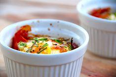 Dette er opskriften på brunchæg i ovn, hvor du steger et helt æg sammen med parmaskinke, tomat og purløg. Meget nem opskrift.  Her kan du se hvordan du meget nemt laver brunchæg i ovnen, og det