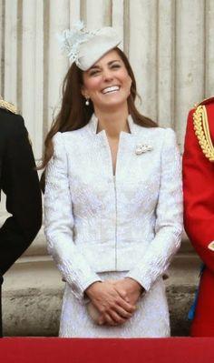 http://www.fashionassistance.net/2014/06/la-duquesa-de-cambridge-estilo-en.htmlFashion Assistance: La Duquesa de Cambridge, estilo en Alexander McQueen, por el cumpleaños de la Reina Isabel