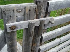 Wooden fence lock - husky proofing ideas More schloss Wooden Gates, Wooden Fence, Wooden Doors, Barn Door Latch, Gate Latch, Diy Fence, Fence Gate, Fencing, Fence Ideas