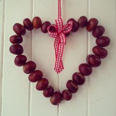 kastanien deko Not bad for a few conkers and an old coat hanger Autumn Leaves Craft, Autumn Crafts, Nature Crafts, Diy And Crafts, Crafts For Kids, Arts And Crafts, Conkers Craft, Buckeye Crafts, Christmas Staircase