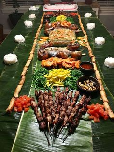 Boodle fight Marc 2017 A Filipino way of eating based on how soldiers eat. Signifies equality and brotherhood. Filipino Food Party, Filipino Dishes, Filipino Recipes, Asian Recipes, Filipino Christmas Food, Filipino Wedding, Boodle Fight Party, Boodles, Philippines Food
