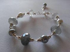 Bracciale con quarzo nuvola e perle, montato con componenti e catena in metallo coloro argento. Realizzazione artigianale.
