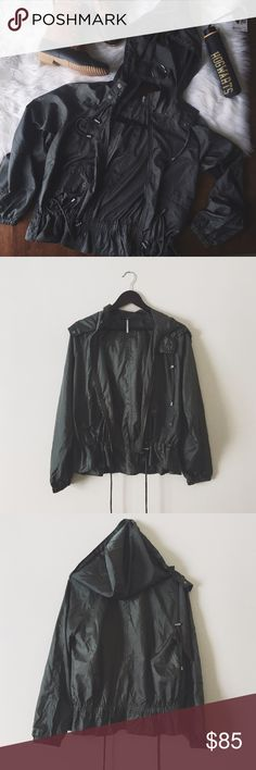 •Free People Olive Green Hooded Windbreaker• Free People olive/army green hooded windbreaker. Perfect windbreaker for everyone's closet. It's been worn one time. Price reflects excellent condition.  •size: medium •hooded windbreaker  •adjustable strings   •No trades(comments will politely be ignored). •15% off 2+ items  Free People Jackets & Coats