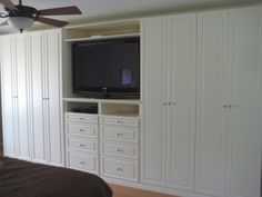 One less closet on each side and drywall around... We've just figured out the bedroom! Built in bedroom Wardrobe with TV stand | California Closets