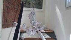 Er wordt best wel veel papier verbruikt ten koste van bomen. Waar wij zelf eigenlijk  ook aan mee deden, omdat wij zelf ook heel veel papier hebben verbruikt voor dit kunstwerk.