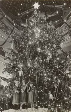 Vintage Christmas Photograph ~ The Christmas Tree in the City of Paris Store - San Francisco 1951 Old Time Christmas, Ghost Of Christmas Past, Old Fashioned Christmas, Noel Christmas, Retro Christmas, All Things Christmas, Victorian Christmas, Primitive Christmas, Holiday Time