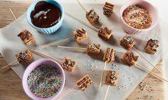 Ein schokoladiger Keks-Kuchen als Lolli ohne Backen für Kinder