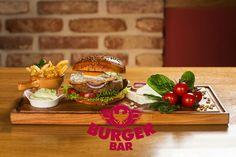 Špenátový burger s balkánským sýrem, volské oko, pesto majonéza, rajče, listový salát Spinach burger with balkan cheese, fried egg, pesto mayo, tomato, lettuce