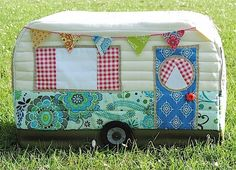 Cute sewing machine cover with tutorial. Rainbow Hare Quilts: Vintage Caravan Sewing Machine Cover - Pattern (Version and Tutorial Sewing Hacks, Sewing Tutorials, Sewing Crafts, Sewing Projects, Sewing Patterns, Tatting Patterns, Tutorial Sewing, Caravan Vintage, Vintage Caravans